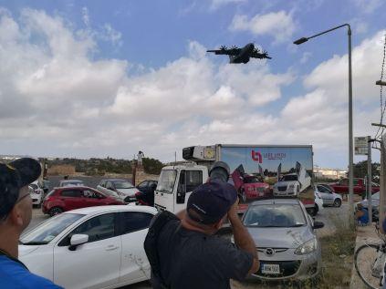 Az utolsó napon a Golden Bay elnevezésű szuperstrandra indultam, de a repülőtér mellett kisebb csoportra lettem figyelmes. Repülőgéplesők voltak, az Malta Air Show rendezvényre érkező katonai- és vadászgépeket kukkolták. Sokukkal társalogtam, együtt lestük a gépeket